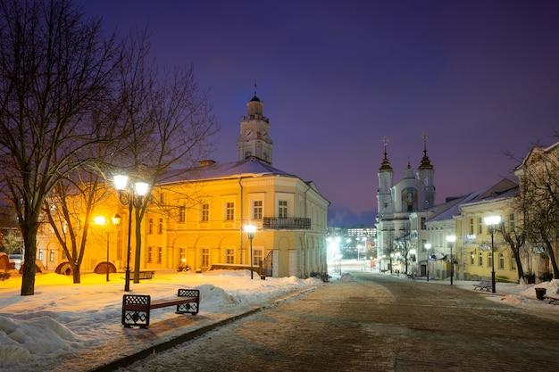 Vieux centre de viciebsk (biélorussie) la nuit