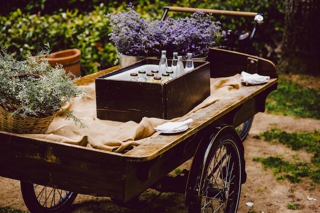 Vieux chariot en bois pour transporter des marchandises utilisées pour la décoration lors d'un mariage.