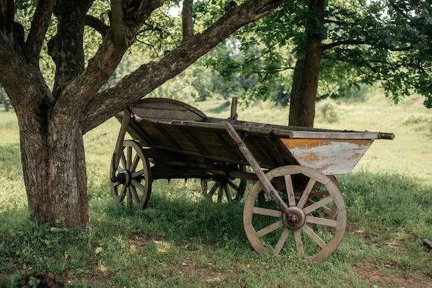 Un vieux chariot de ferme tiré par des chevaux en milieu rural