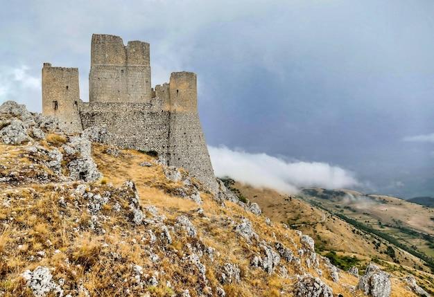 Vieux château dans la montagne rocheuse