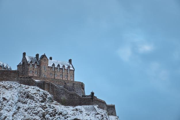 Vieux château écossais sur un rocher couvert de neige en hiver