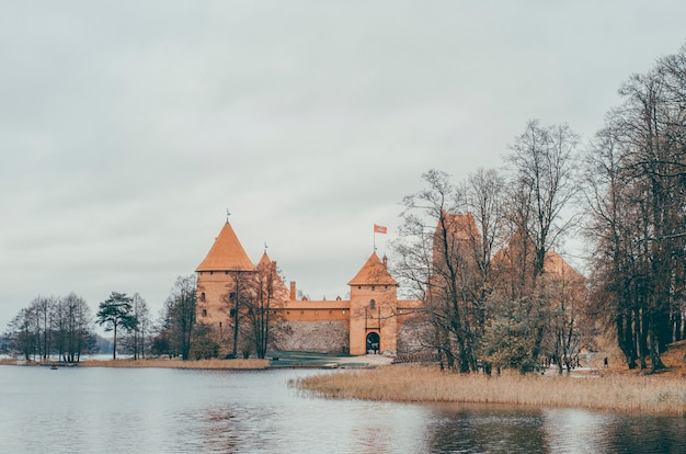 Vieux château près de l'eau