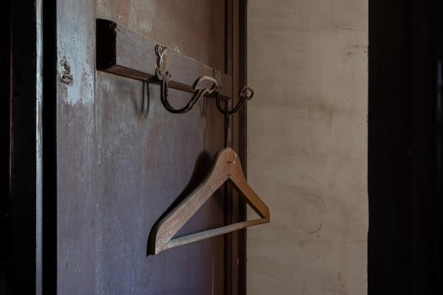 Vieux cintre oublié dans une porte