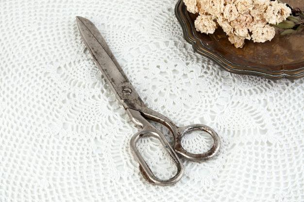 Vieux ciseaux vintage et plaque de métal vintage