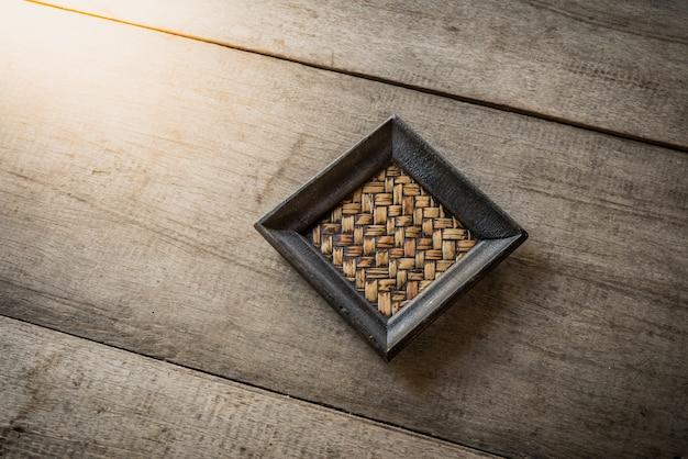 Vieux coaster en bambou sur bois