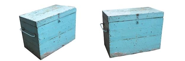 Vieux coffre bleu isolé sur fond blanc