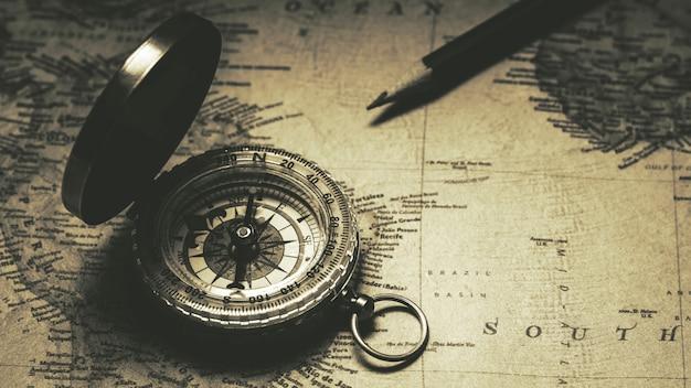 Vieux compas sur la carte antique. - style de fond vintage.