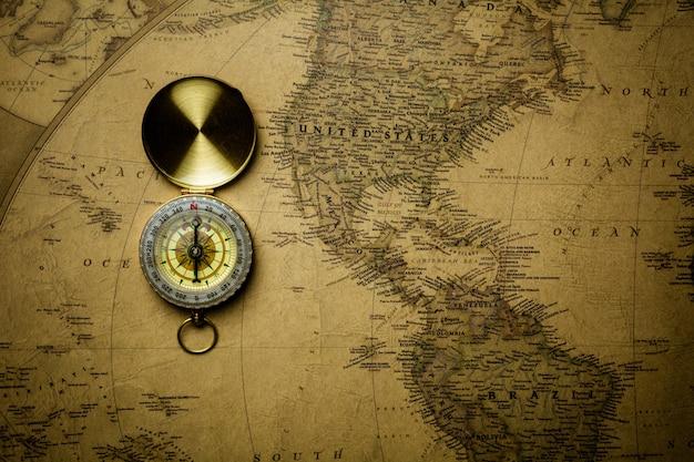 Vieux compas sur la carte antique.