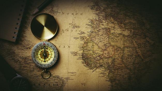 Vieux compas sur carte antique