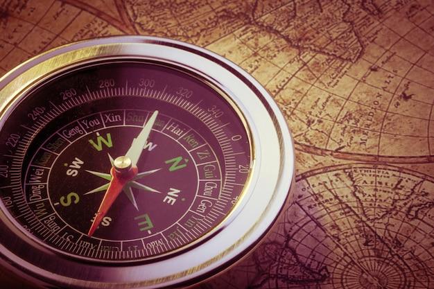 Vieux compas sur carte vintage