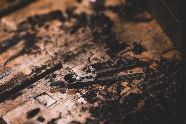 Vieux compas en métal, outils de luthier