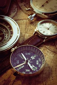 Vieux compas vintage et instruments de voyage sur une carte ancienne