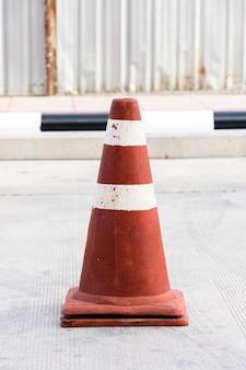 Vieux cône de circulation debout sur la route.