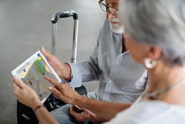 Vieux couple carte voyage itinéraire
