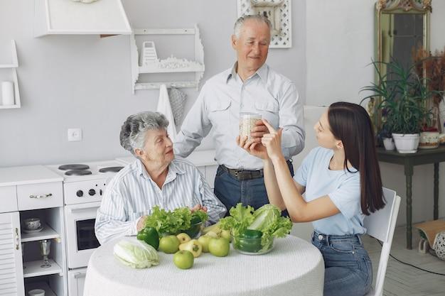 Vieux couple, dans, a, cuisine, à, jeune, petite-fille