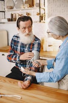 Vieux couple dans une cuisine.