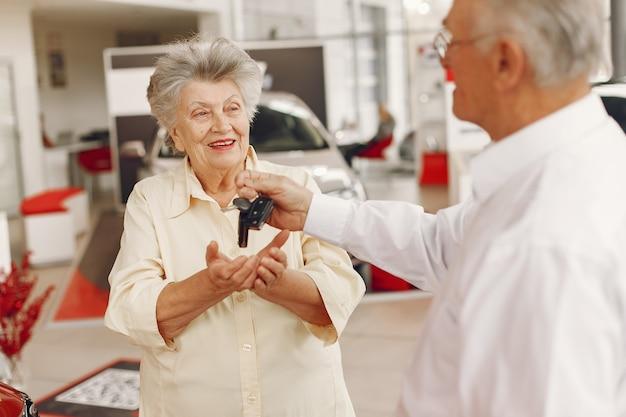 Vieux couple élégant dans un salon de voiture