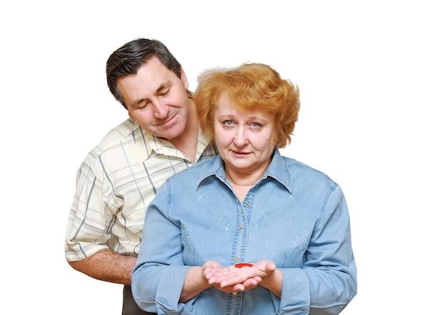Vieux couple, épouse tenir un petit coeur. isolé sur blanc
