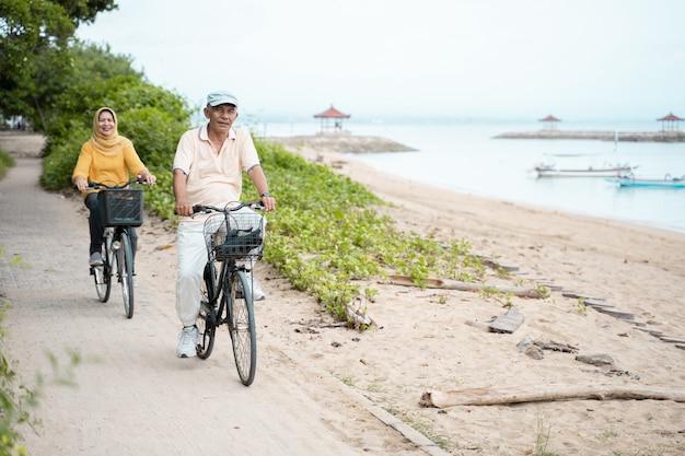 Vieux couple faire du vélo ensemble