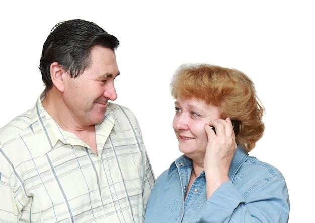 Vieux couple, femme parle par un téléphone portable avec un visage heureux. isolé
