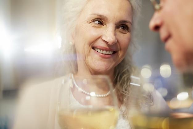 Vieux couple de personnes âgées célébrant son anniversaire