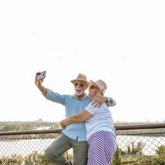 Vieux couple prenant un selfie