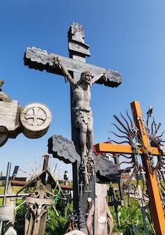Vieux crucifix en bois du christ à la colline des croix à siauliai, lituanie. la colline des croix est un monument unique de l'histoire et de l'art populaire religieux