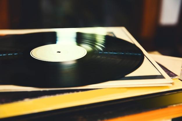 Vieux disque vinyle et une collection d'albums vue rapprochée image tonique