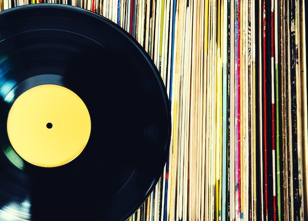 Vieux disque vinyle et collection d'albums