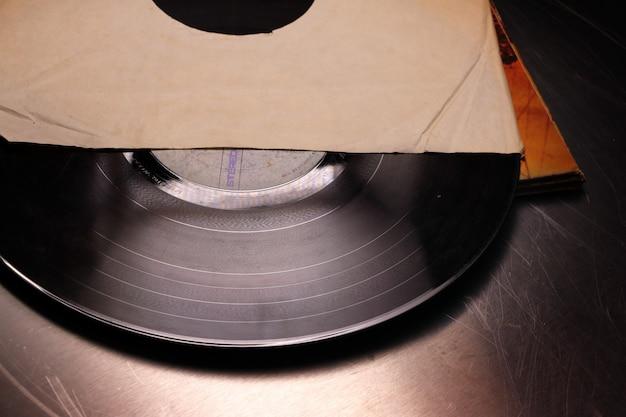 Vieux disque vinyle dans une caisse en papier