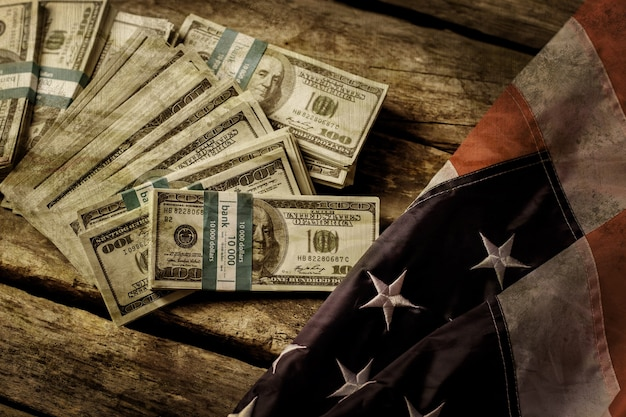 Vieux drapeau américain et dollars. argent comptant à côté du drapeau âgé. bon vieux temps. la nation était plus riche.