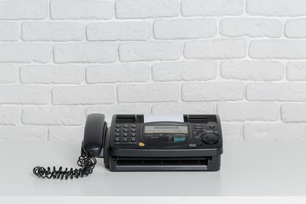 Vieux fax sur la table