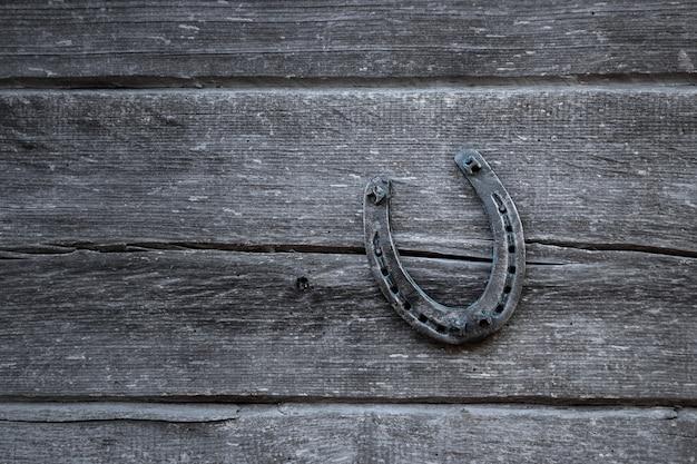 Vieux fer à cheval sur une vieille planche de bois