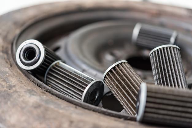 Vieux filtre à huile de moteur lubrifiant au garage