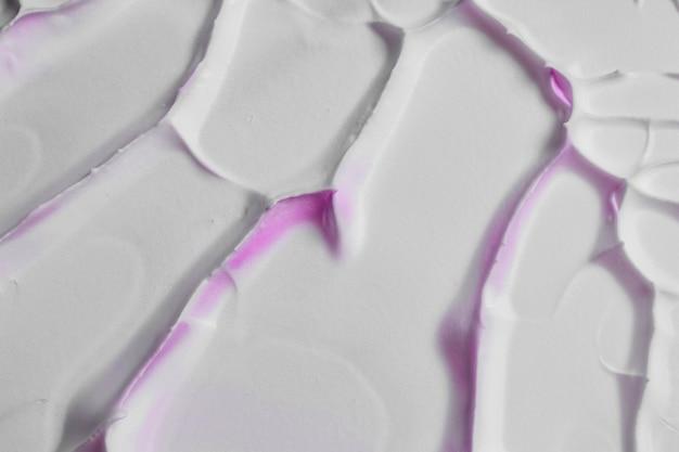 Vieux fond blanc de texture fissurée avec tache rose