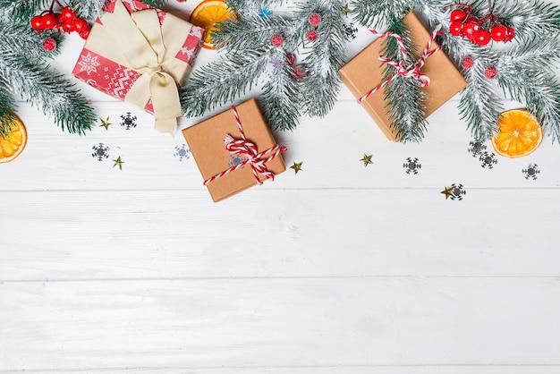 Vieux fond de bois avec des branches de sapin. cadeaux de vacances. carte de noël.