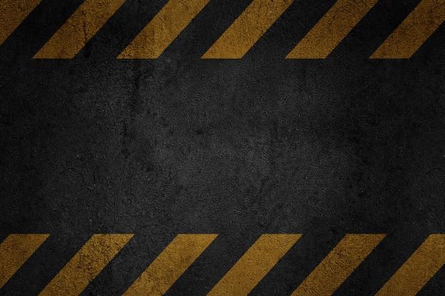 Vieux fond métallique grungy noir avec des bandes d'avertissement jaunes
