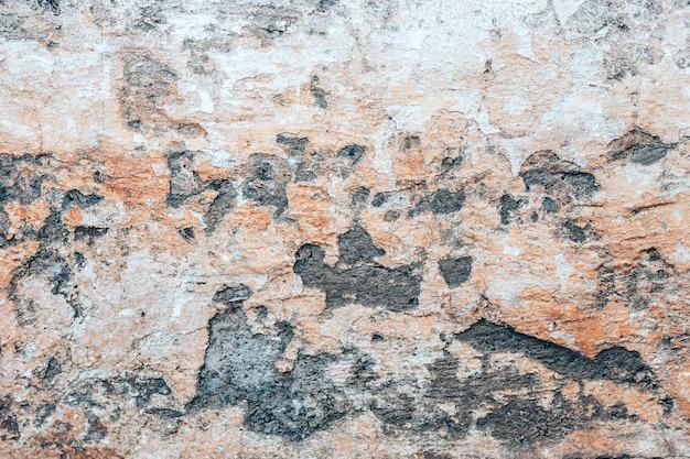 Vieux fond de mur avec holles et béton