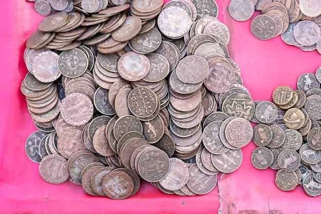 Vieux fond de pièces indiennes vintage sur le marché indien dans la rue à rishikesh, en inde. fermer.