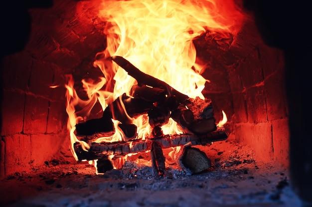 Vieux four avec feu de flamme