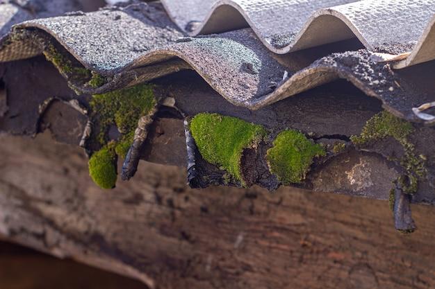Vieux fragment de poutre de planche de bois sur mur d'ardoise close-up