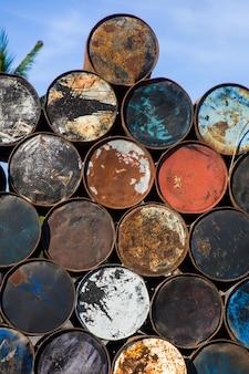 Vieux fûts métalliques vides dans l'environnement tropical