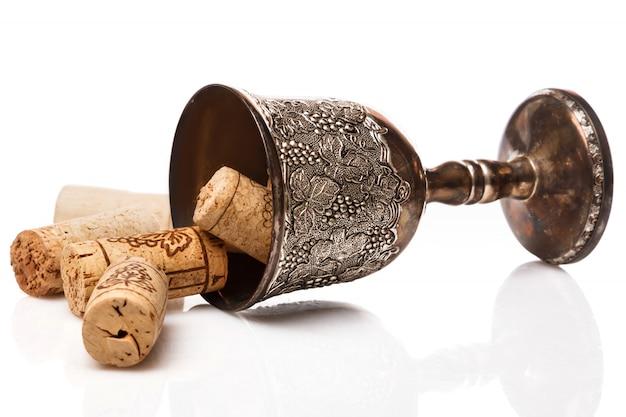 Vieux gobelet et bouchons de vin