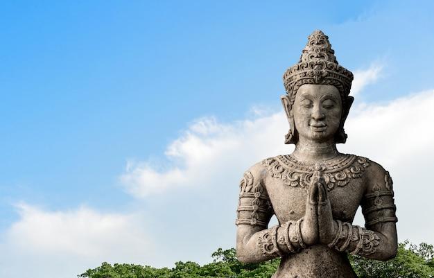 Vieux grand bouddha sur ciel