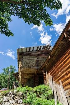 Vieux grenier à foin en bois à savsat, artvin, blacksea - turquie
