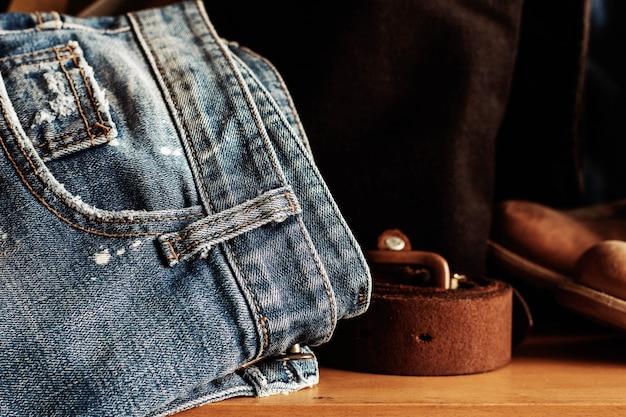 Vieux jeans sur bois.