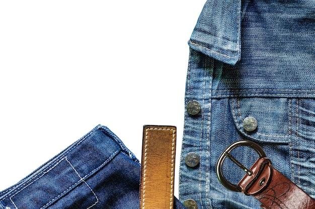 Vieux jeans sur un fond blanc.