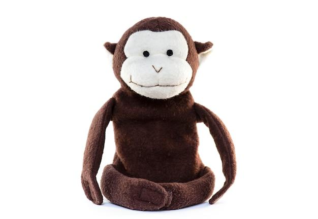 Vieux jouet de poupée de singe isolé
