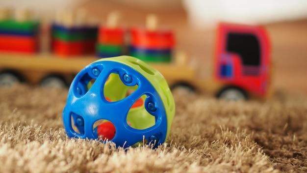 Vieux jouets en bois vintage pour bébé ou enfants sur un tapis de couleur marron clair qui ont une balle de bus d'avion