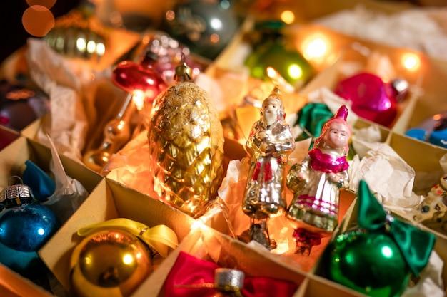 Vieux jouets en verre, boules et décoration pour le sapin de noël sur la boîte en papier